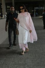 Juhi Chawla snapped in Mumbai airport on 4th June 2016 (7)_575406f37a431.JPG