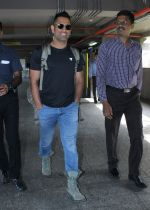 Mahendra Singh Dhoni snapped at the airport in Mumbai on 7th June 2016 (8)_5757b54d89371.JPG