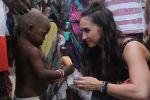 Lauren Gottlieb snapped interacting with street kids on 9th June 2016 (20)_575a82b5be070.JPG