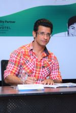 Sharman Joshi signing at the Press Conference for the announcement of Brand Ambassador of global movement Round Table India - 1_575a8809aa325.JPG