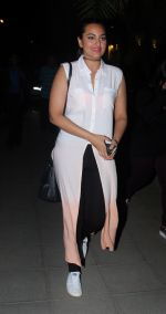 Sonakshi Sinha snapped while going out to dinner on 11th June 2016 (1)_575d342f87534.JPG
