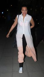 Sonakshi Sinha snapped while going out to dinner on 11th June 2016 (4)_575d34202c3a9.JPG