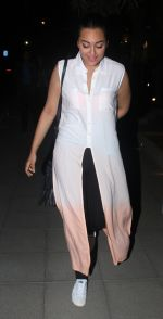 Sonakshi Sinha snapped while going out to dinner on 11th June 2016 (5)_575d34210bcdf.JPG