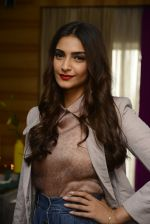 Sonam Kapoor on the sets of Tara Sharma show on 14th June 2016 (18)_5760421ddce5a.JPG