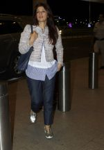 Twinkle Khanna leaves for vacation in Mumbai on 16th June 2016 (20)_5763ab06a033d.JPG