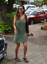 Esha Gupta snapped as she enters a spa on June 18, 2016 (6)_5766344dbb8a7.JPG