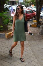 Esha Gupta snapped as she enters a spa on June 18, 2016 (7)_5766344ebf46b.JPG