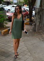 Esha Gupta snapped as she enters a spa on June 18, 2016 (8)_5766344fbfcf5.JPG