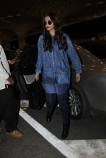 Sonam Kapoor snapped at airport in Mumbai on 20th June 2016 (14)_5768b6c26f5eb.JPG
