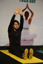Tiger Shroff celebrates World Yoga Day at whistling woods on 21st June 2016 (41)_57694d63d3ae5.JPG