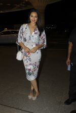 Sonakshi Sinha leaves for IIFA on Day 2 on 21st June 2016(249)_576a23c5776e2.JPG
