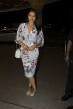 Sonakshi Sinha leaves for IIFA on Day 2 on 21st June 2016(250)_576a23c64925b.JPG