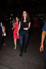 Suzanne Khan snapped at airport on 25th June 2016 (8)_576fb0cf81530.JPG