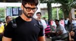 Shahid Kapoor snapped at the airport on June 26, 2016 (8)_5771314b28944.jpg