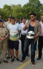 Arjun Kapoor, Chetan Bhagat at Road Safety Awareness Campaign in India Gate, New Delhi on 28th June 2016 (19)_5773564a856da.JPG