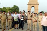 Arjun Kapoor, Chetan Bhagat at Road Safety Awareness Campaign in India Gate, New Delhi on 28th June 2016 (23)_57735644ed084.JPG