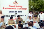 Arjun Kapoor, Chetan Bhagat at Road Safety Awareness Campaign in India Gate, New Delhi on 28th June 2016 (47)_57735652d75ab.JPG