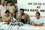 Arjun Kapoor, Chetan Bhagat at Road Safety Awareness Campaign in India Gate, New Delhi on 28th June 2016 (49)_5773565db85e4.JPG