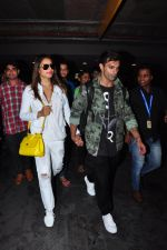 Bipasha Basu, Karan Singh Grover snapped at airport in Mumbai on 30th June 2016 (24)_577611e101fad.JPG