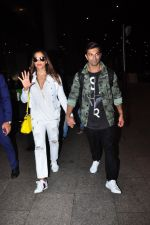 Bipasha Basu, Karan Singh Grover snapped at airport in Mumbai on 30th June 2016 (25)_5776125fafa9e.JPG