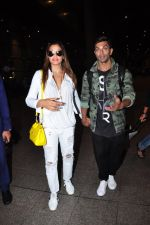 Bipasha Basu, Karan Singh Grover snapped at airport in Mumbai on 30th June 2016 (27)_57761262121ca.JPG