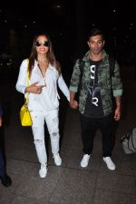 Bipasha Basu, Karan Singh Grover snapped at airport in Mumbai on 30th June 2016 (28)_577611e3925ba.JPG