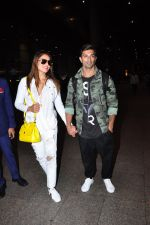 Bipasha Basu, Karan Singh Grover snapped at airport in Mumbai on 30th June 2016 (32)_577611e6233b4.JPG