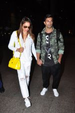 Bipasha Basu, Karan Singh Grover snapped at airport in Mumbai on 30th June 2016 (35)_57761264be436.JPG