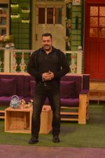Salman Khan on the sets of The Kapil Sharma Show on 3rd July 2016 (53)_577a03e5bad76.JPG