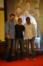 Aamir Khan, Siddharth Roy Kapoor, Nitesh Tiwari at Dangal launch in Mumbai on 4th July 2016 (41)_577b2a15f2985.JPG