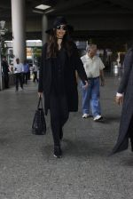 Sonam Kapoor at Airport on 6th July 2016 (10)_577d183d46727.JPG