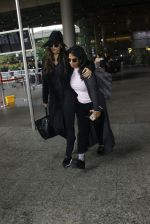 Sonam Kapoor at Airport on 6th July 2016 (8)_577d183b37bb9.JPG