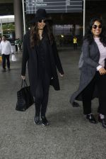 Sonam Kapoor at Airport on 6th July 2016 (9)_577d183c4e69e.JPG