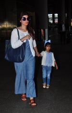Twinkle Khanna returns from holidays in Mumbai on 10th July 2016 (10)_578255cbb23d3.JPG