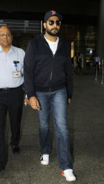 Abhishek Bachchan snapped at the airport on 12th July 2016 (21)_5784bba792b2a.JPG
