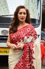 Madhuri Dixit snapped on  the sets of So You Think you can dance on 12th July 2016 (31)_57853168a3329.JPG