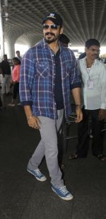 vivek oberoi at Airport on 13th July 2016 (1)_57870ab5037a6.JPG