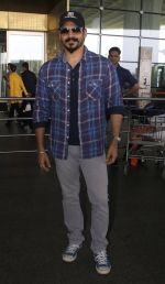 vivek oberoi at Airport on 13th July 2016 (3)_57870ab5df17b.JPG