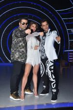 Jacqueline Fernandez, Karan Johar, Ganesh Hegde on the sets of Jhalak Dikhla Jaa 9 in Mumbai on 15th July 2016 (33)_5789372ccce0f.JPG