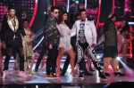 Jacqueline Fernandez, Karan Johar, Ganesh Hegde on the sets of Jhalak Dikhla Jaa 9 in Mumbai on 15th July 2016 (54)_5789372d84dca.JPG