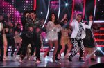 Jacqueline Fernandez, Karan Johar, Ganesh Hegde on the sets of Jhalak Dikhla Jaa 9 in Mumbai on 15th July 2016 (57)_5789372e24930.JPG