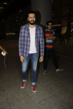 Riteish Deshmukh snapped at airport  on 14th July 2016 (11)_57886476cd09d.JPG