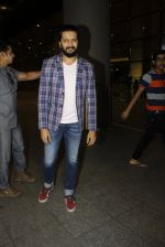 Riteish Deshmukh snapped at airport  on 14th July 2016 (12)_578864783cff6.JPG