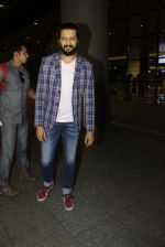Riteish Deshmukh snapped at airport  on 14th July 2016 (7)_57886470df7b0.JPG