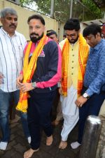 Abhishek Bachchan visits Siddhivinayak Temple, Mumbai on July 20, 2016 (2)_578fb381d22b9.JPG
