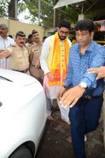 Abhishek Bachchan visits Siddhivinayak Temple, Mumbai on July 20, 2016 (7)_578fb38d8bf3a.JPG