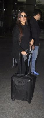 Sonali Bendre with Goldie and Ranveer Behl snapped at airport on July 20, 2016 (2)_578fae3b24e80.JPG