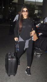 Sonali Bendre with Goldie and Ranveer Behl snapped at airport on July 20, 2016 (3)_578fae3b94551.JPG