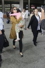 Aishwarya Rai Bachchan with daughter Aaradhya at aiport on 21 July 2016 (7)_5790ec926a8d5.JPG