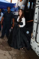 Kareena Kapoor Khan is snapped at shooting for an advertisement in Mumbai on July 20, 2016 (5)_579050fd9d420.JPG